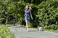 Happy woman going walkies with her Chihuahua - MAUF000832