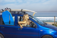 Friends with surfboards on car at the coast - ZEF009611