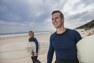 Couple with surfboards on the beach - ZEF009629