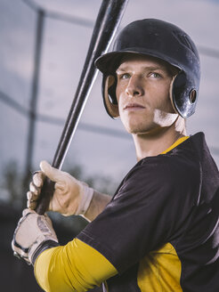 Baseball player holding bat - MADF001131
