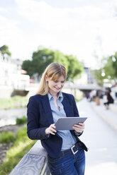 Businesswoman using tablet - NAF000033