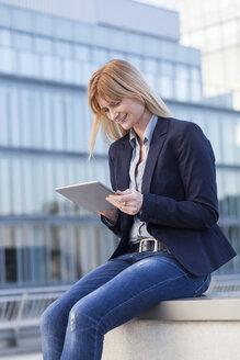Businesswoman using tablet - NAF000051