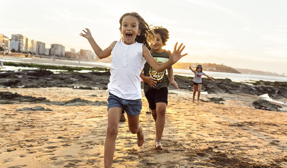 Kids running on the beach at sunset - MGOF002314