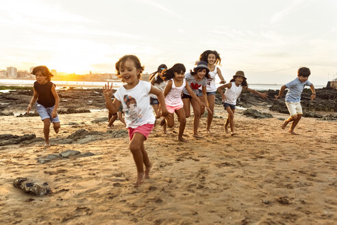 Kids running on the beach at sunset - MGOF002317
