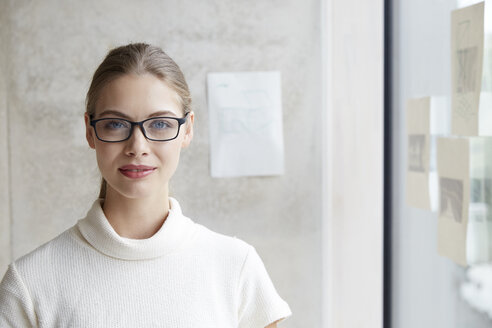 Portrait of confident young woman wearing glasses - FMKF003078