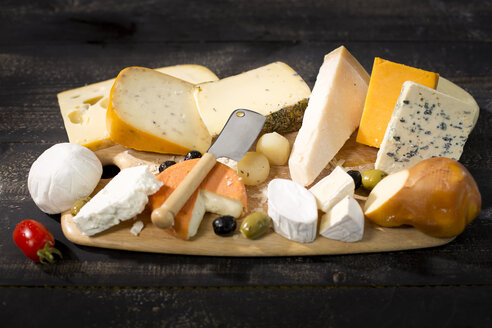 Cheese platter with different sorts of cheese - MAEF011968