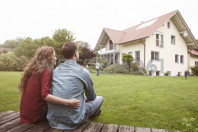 Couple in garden looking at house - RBF005078 - Rainer Berg/Westend61