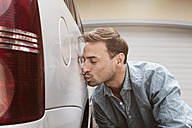 Man kissing his clean car - RBF005096