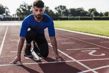 Runner on tartan track in starting position - UUF008288