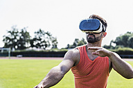 Athlete wearing virtual reality glasses - UUF008318
