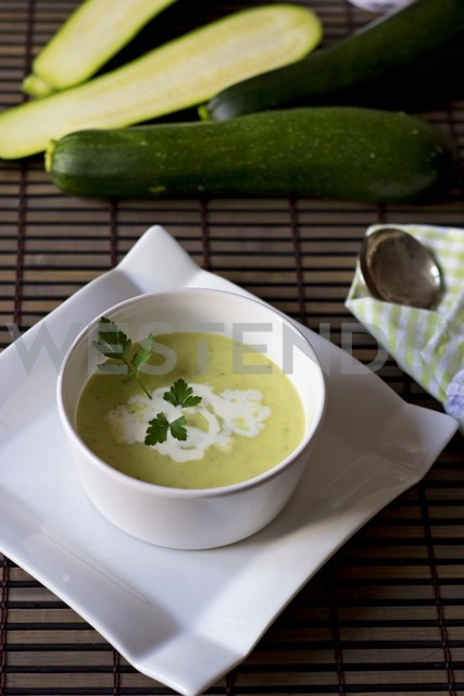 Bowl of zucchini potato soup - YFF000570