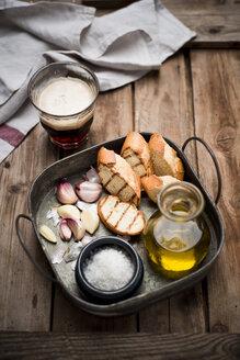 Sliced garlic bread, baguette, garlic, sea salt and olive oil on tray - CZF000269