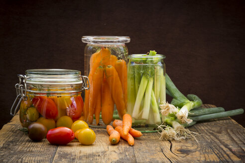 Pickled spring onions and fermented carrots in glasses - LVF005254