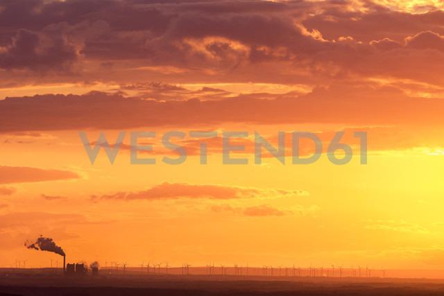 Germany, Leipzig, industrial area and wind park at sunset - KRPF001811 - Kristian Peetz/Westend61