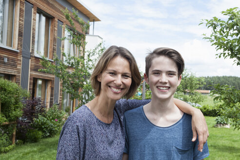 Portrait of proud mother with son in garden - RBF005188