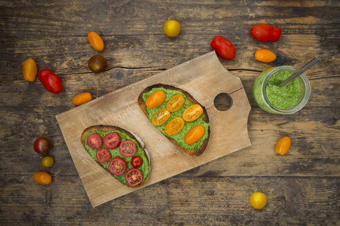 Toasted bread with pesto and tomato - LVF005262