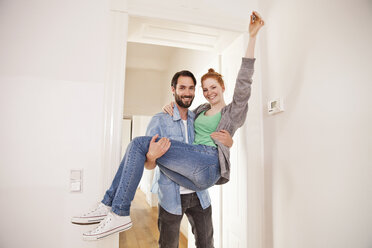 Happy couple moving into their new apartment - MFF003297