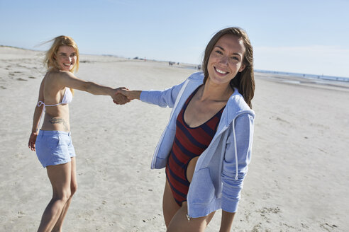 Two female friends on the beach - SRYF000091