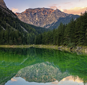 Austria, Styria, Tragoess, View of Hochschwab Mountain Messnerin, mirrored in green lake - GFF000779