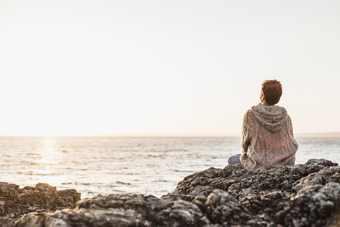 France, Crozon peninsula, woman at beach - UUF008338
