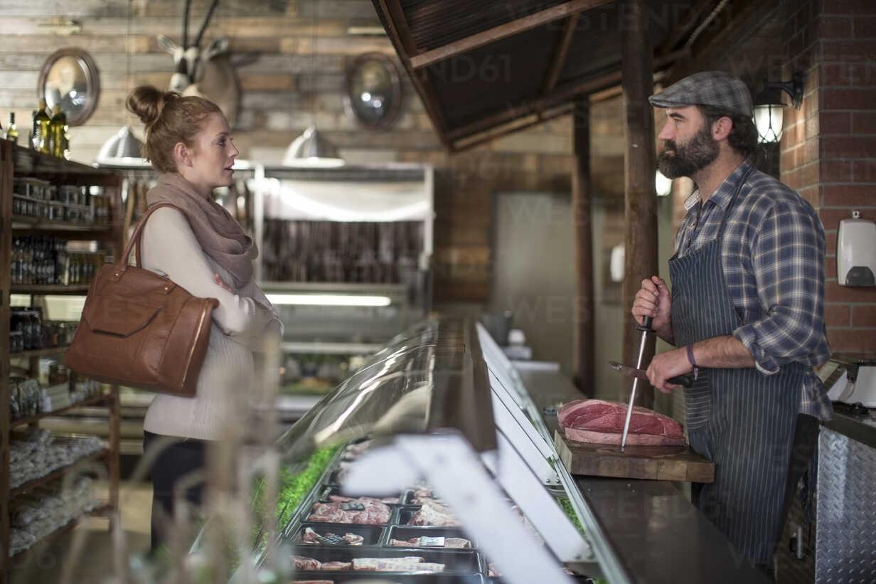 Butcher talking to woman in butchery - ZEF010298 - zerocreatives/Westend61