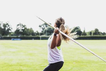 Young woman throwing javelin - UUF008377