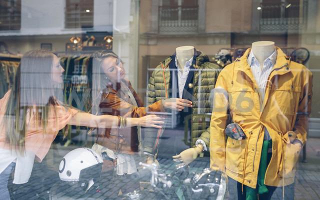 Two women shopping for clothes in a boutique - DAPF000321 - David Pereiras/Westend61