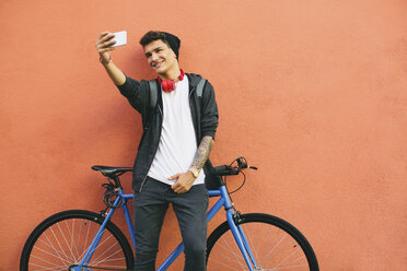 Teenager with a fixie bike, selfie, smartphone - EBSF001761
