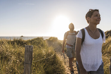 France, Bretagne, Finistere, Crozon peninsula, couple during beach hiking - UUF08465