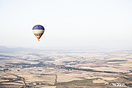 Spain, Segovia, hot air balloon in the sky - ABZF01224