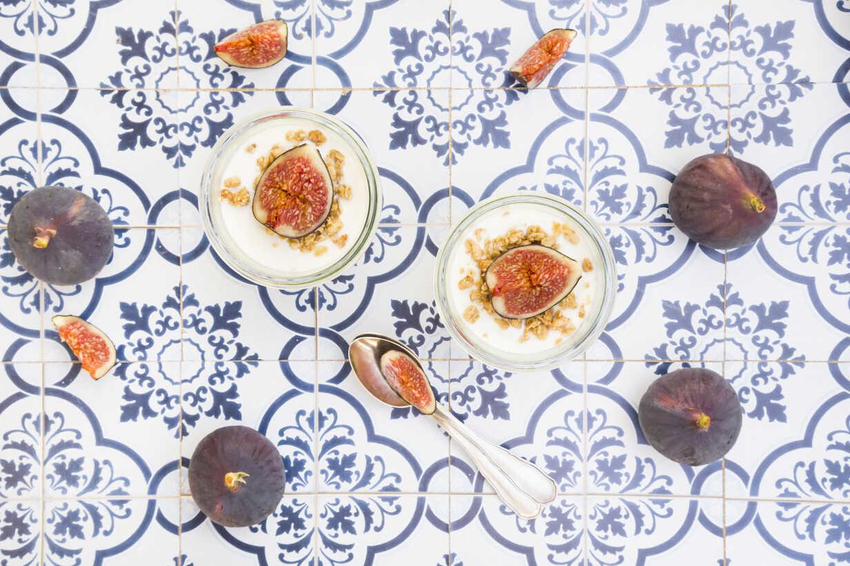 Greek yogurt with granola and figs - LVF05309 - Larissa Veronesi/Westend61