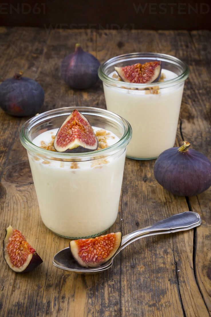 Greek yogurt with granola and figs - LVF05312 - Larissa Veronesi/Westend61