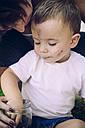 Baby boy eating blackberries - JPSF00014