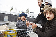 Father goes shopping with his children - FSF00468