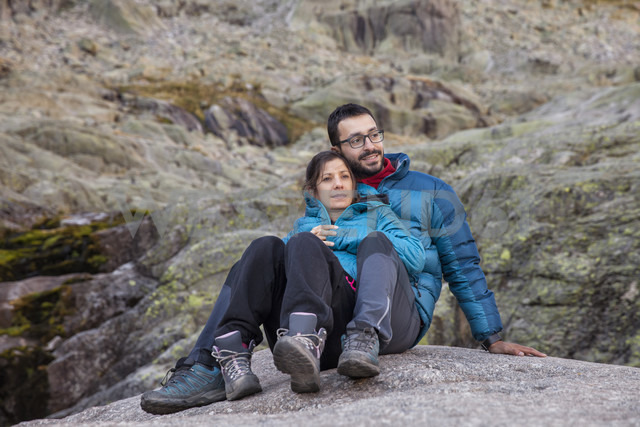 Spain, Sierra de Gredos, couple resting in the mountains - ERLF00195