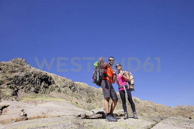 Spain, Sierra de Gredos, couple hiking in the mountains - ERLF00198