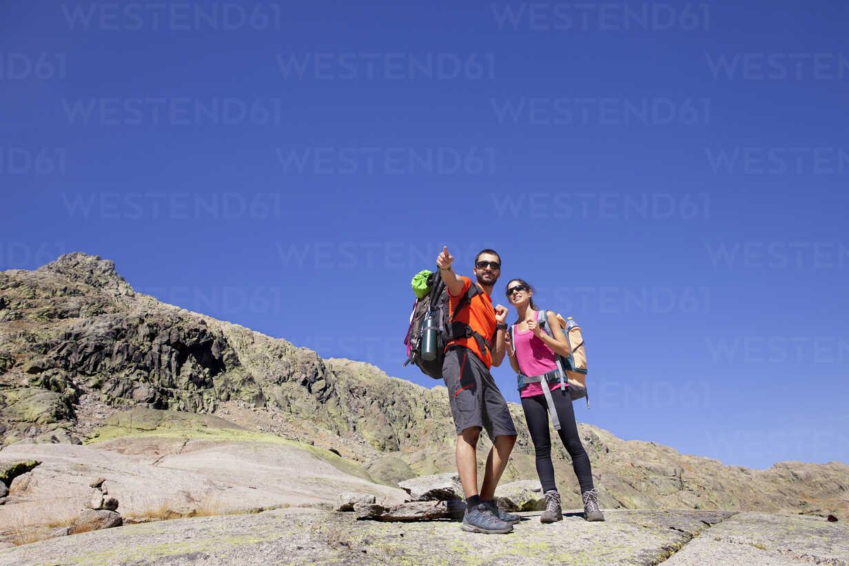 Spain, Sierra de Gredos, couple hiking in the mountains - ERLF00198 - Enrique Ramos/Westend61