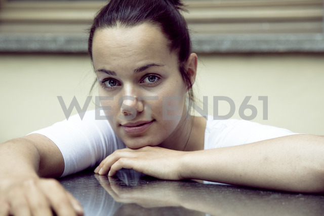 Portrait of sceptical young woman - NGF00371 - Nadine Ginzel/Westend61