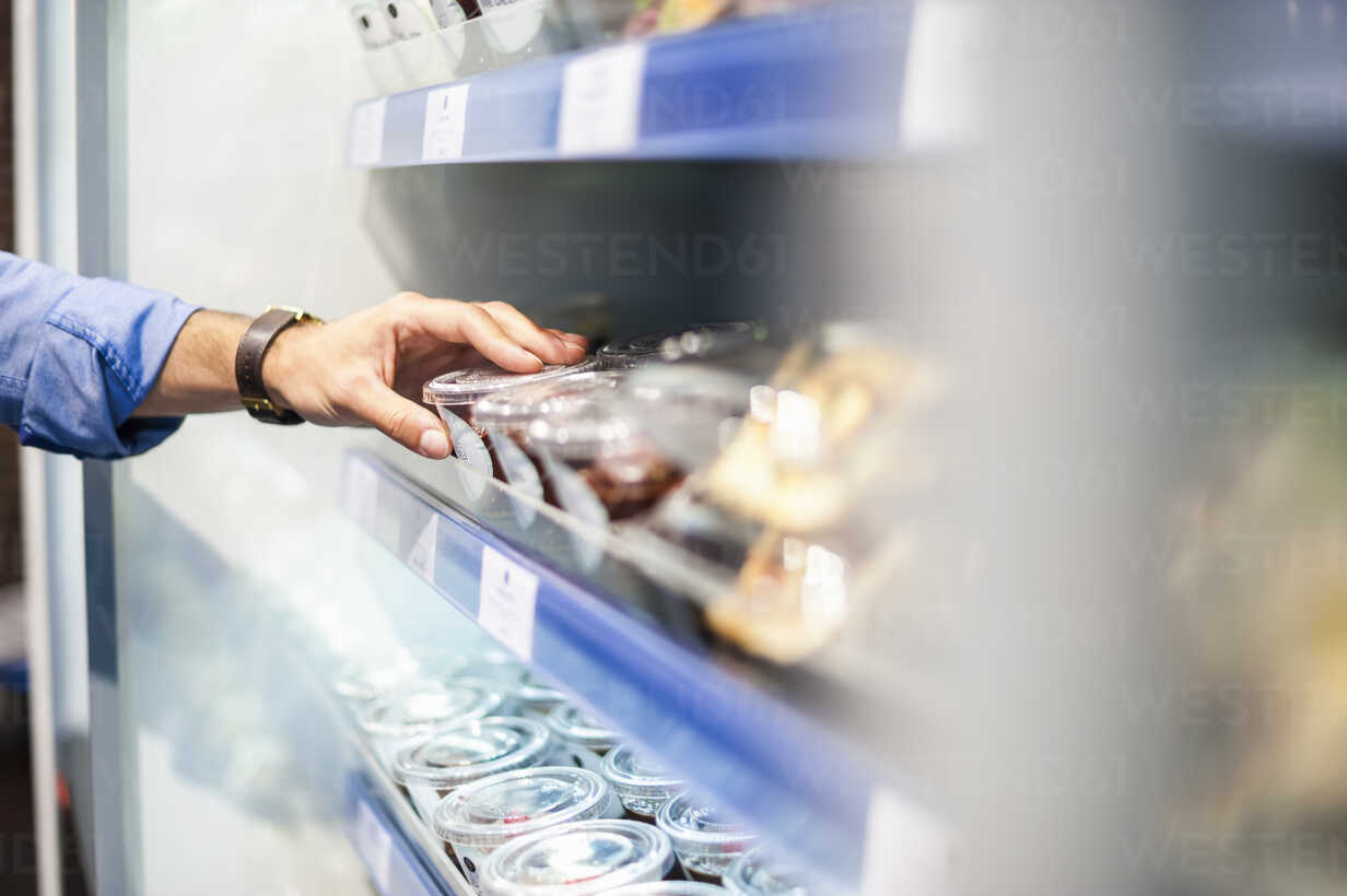 Hand taking food from cooling shelf - DIGF01290 - Daniel Ingold/Westend61
