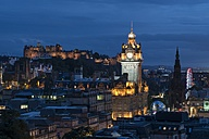 United Kingdom, Scotland, Edinburgh, Old town with tower of Balmoral Hotel and Edinburgh Castle in the evening - ELF01812