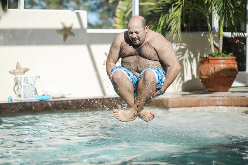 Man jumping in swimming pool - SHKF00675