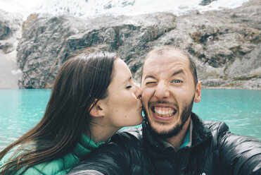 Peru, Cordillera Blanca, Huaraz, Huascaran National Park, selfie of happy couple at Laguna 69 - GEMF01047