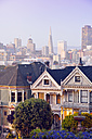 USA, California, San Francisco, Victorian houses on Steiner Street at Alamo Square in front of the skyline - BRF01398