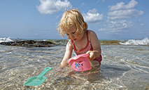 Little girl playing in the sea - LHF00503