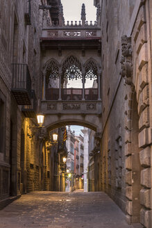 Spain, Barcelona, view to Bridge of Sighs at Gothic Quarter - YRF00124
