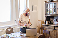 Businesswoman working at home office - JUNF00659