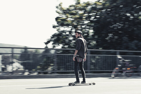 Young man skateboarding - DWIF00795