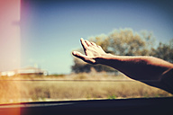 Hand of a man leaning out of car window - KIJF00786