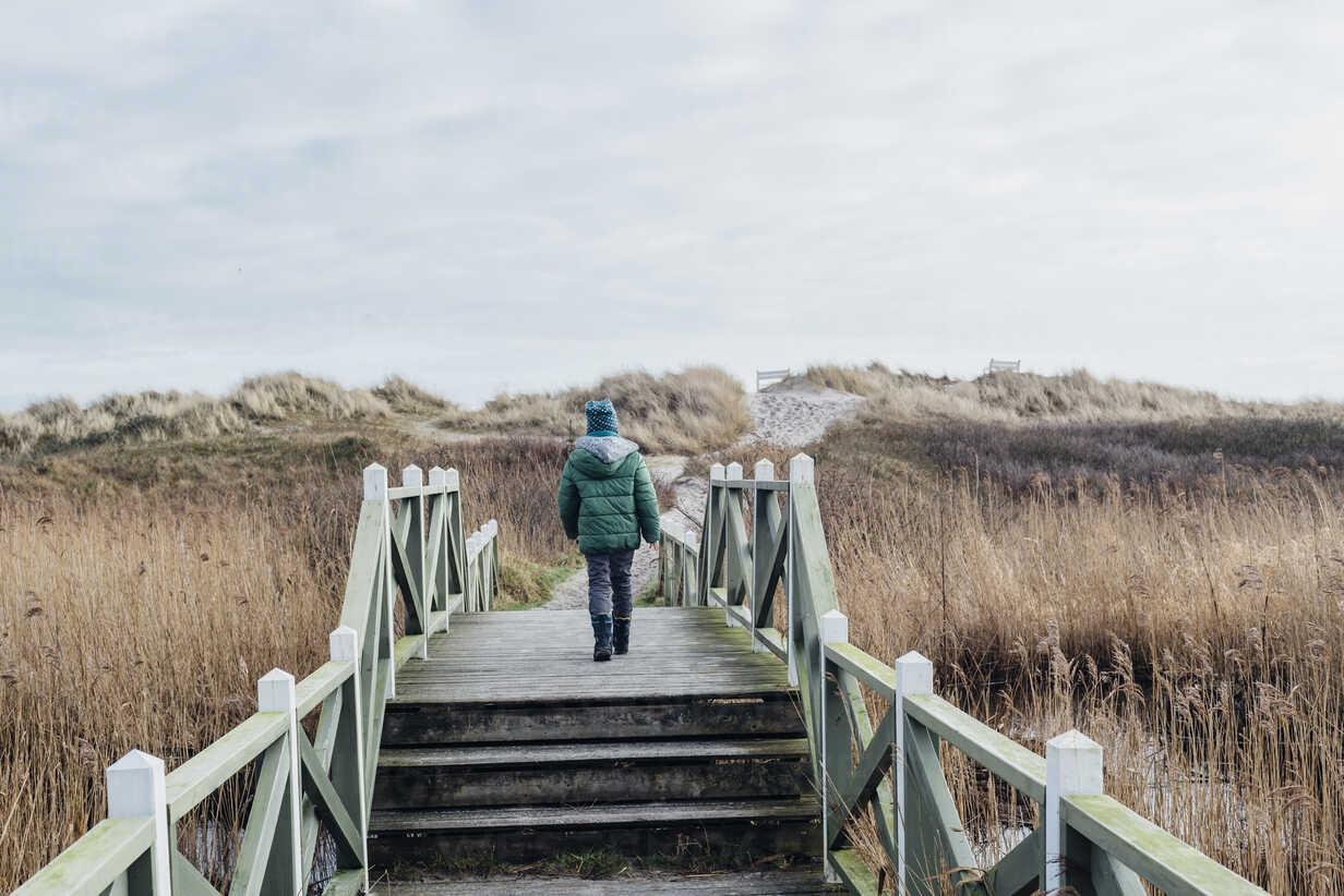 Denmark, Hals, boy in winter clothes in dunes - MJF02017 - Jana Mänz/Westend61