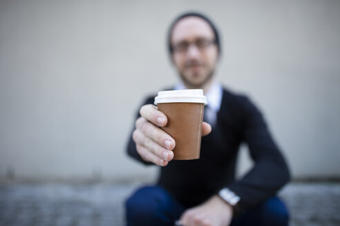 Young man holding takeaway coffee - ZEF10492